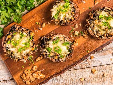 Печени пълнени гъби с масло, магданоз, чесън, козе сирене и орехи на фурна - снимка на рецептата